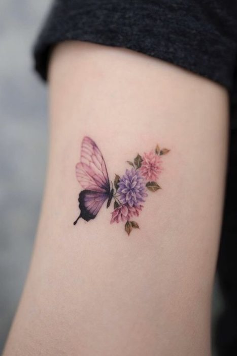 Tatuaje mitad mariposa mitad flores