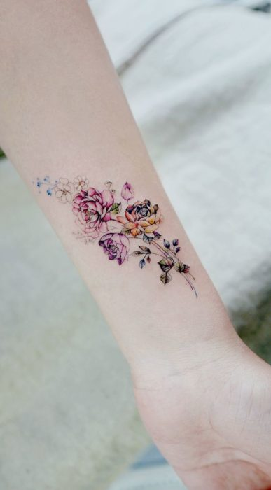 Tatuaje de flores en la muñeca