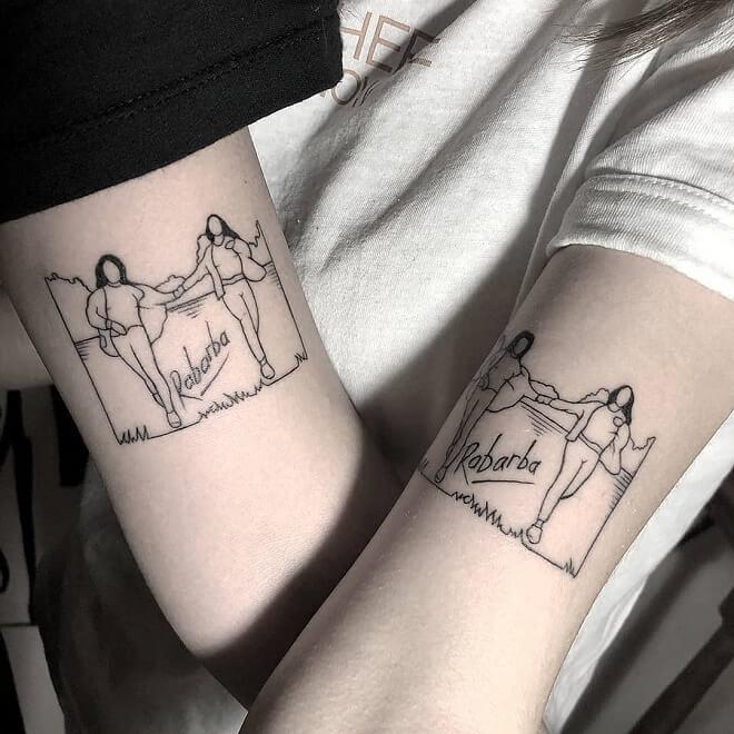 Tatuajes para compartir con tus amigas, brazos internos de dos chicas con tatuajes de siluetas de dos mujeres tomándose la mano y corriendo por el bosque