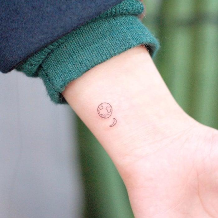 Tatuajes pequeños; minitatuaje de Tierra y Luna