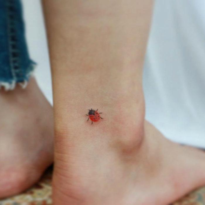 Tatuajes pequeños; minitatuaje de catarina en el tobillo
