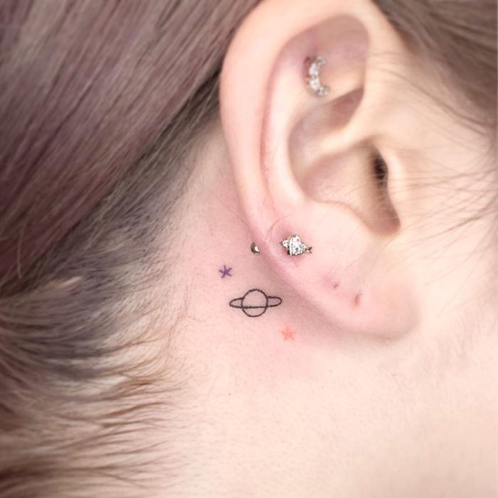 Tatuajes pequeños; minitatuaje de planetas detrás de la oreja