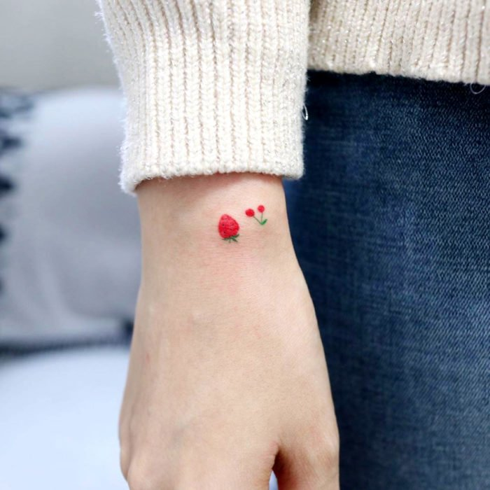 Tatuajes pequeños; minitatuaje de frutas, fresa y cereza en la muñeca