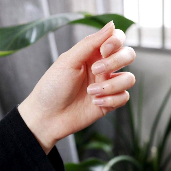 Tatuajes pequeños; minitatuaje de puntos en los dedos