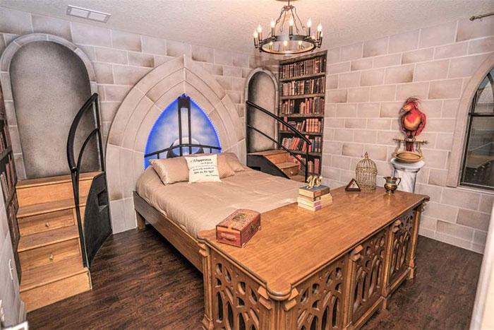 Habitación decorada con papel tapiz simulando una librería