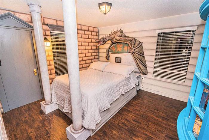 Habitación decorada con una cabecera en forma de dragón