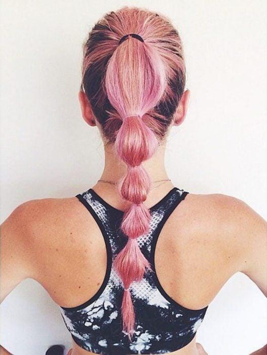 Chica con el cabello trenzado lista para entrenamiento deportivo