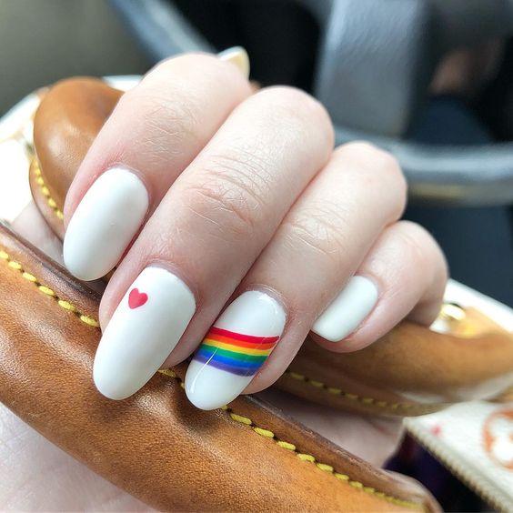 Uñas blancas con toque arcoris
