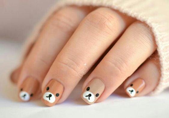 Manicura en tonos café con decoración de osos