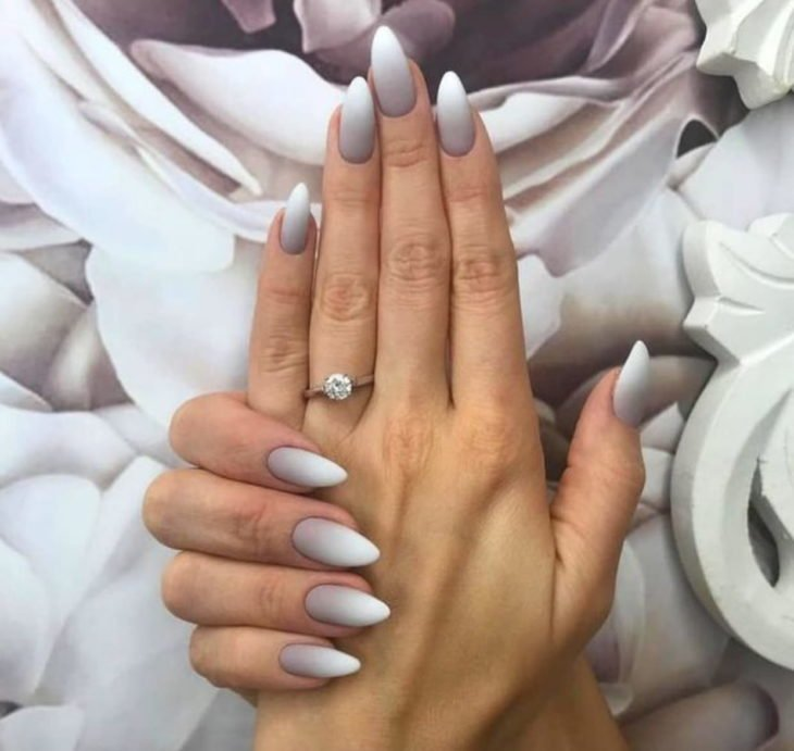 Chica con las uñas en efecto degradado