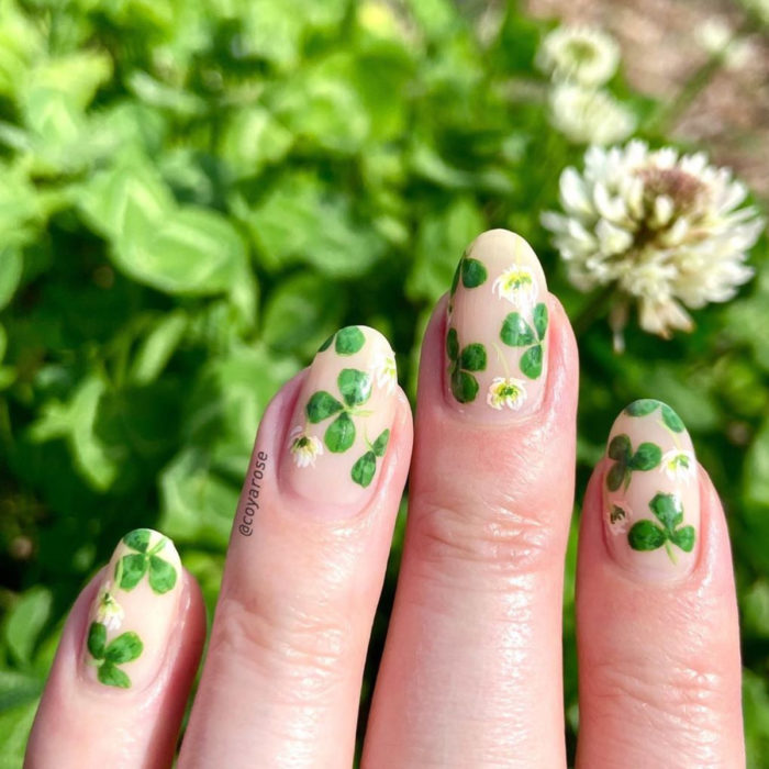 Flower manicure; clover nails