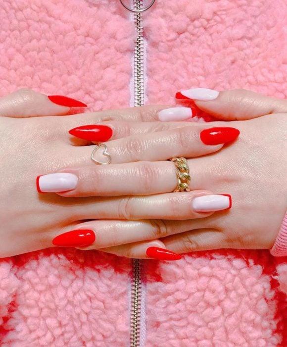 Uñas asimétricas color blanco con rojo