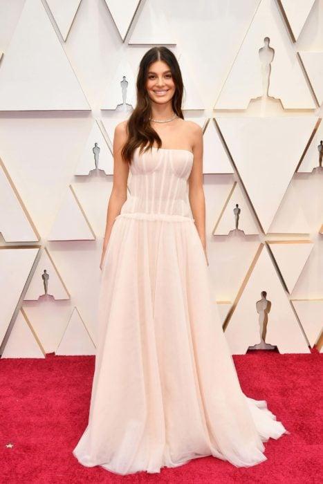 Camila Morrone usando un vestido de gaza de color blanco y suelto