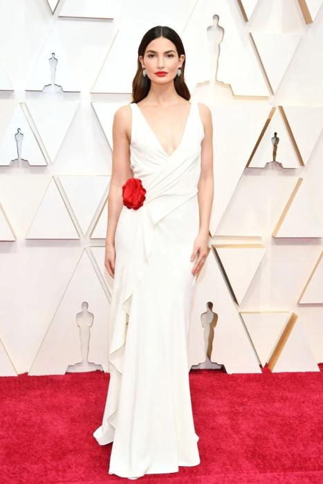 Lily Aldridge usando un vestido de color blanco con una flor de color rojo de la marca Ralph Lauren