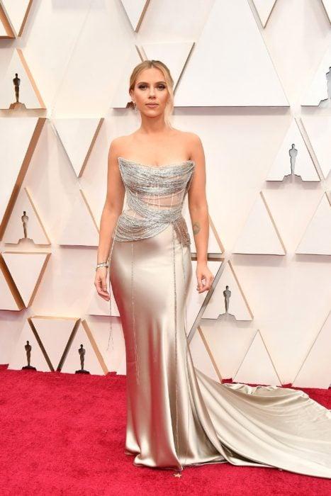 Scarlett Johanson usando un vestido de color perla durante la gala de los Oscar 2020