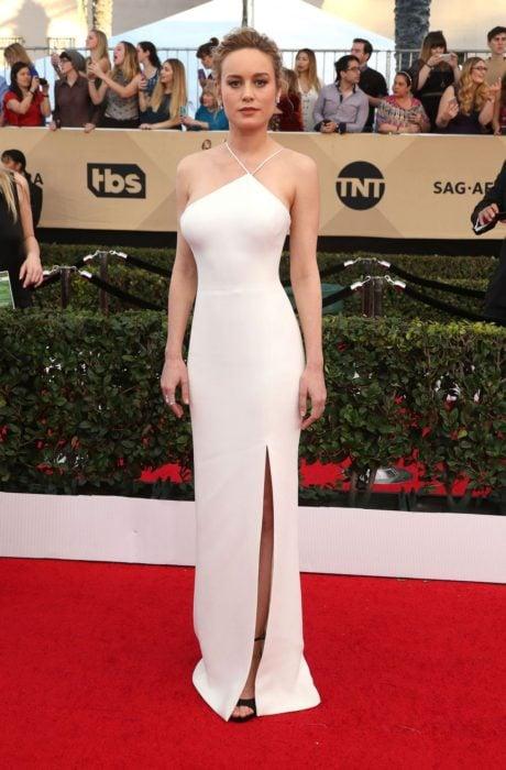 Brie Larson usando un vestido de color blanco sencillo en un evento de los Oscar