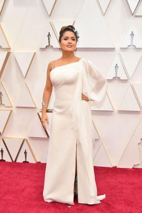 Salma Hayek usando un vestido de color blanco durante la alfombra roja de los premios Oscar 2020