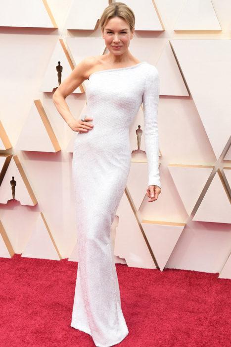 Renee Zelleger usando un vestido con bordado de piedras durante la alfombra roja de los premios Oscar 2020