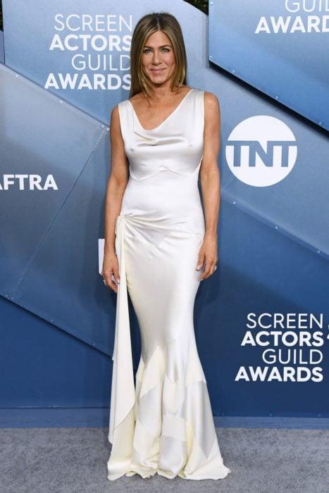 Jennifer Aniston usando un vestido de color blanco que usó en la alfombra roja de los Screen Actor Guild Awards