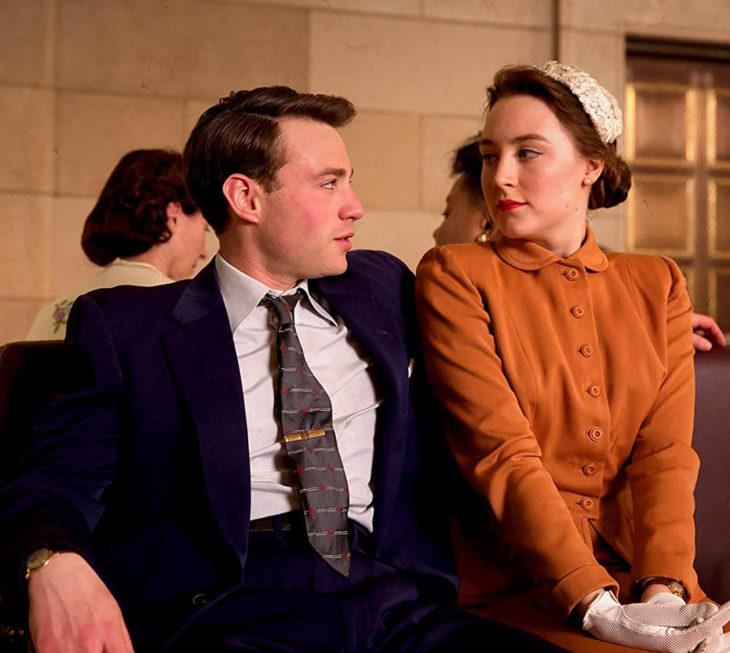 Saoirse Ronan en Un amor sin fronterasusando un vestido de los años 40 en color naranja