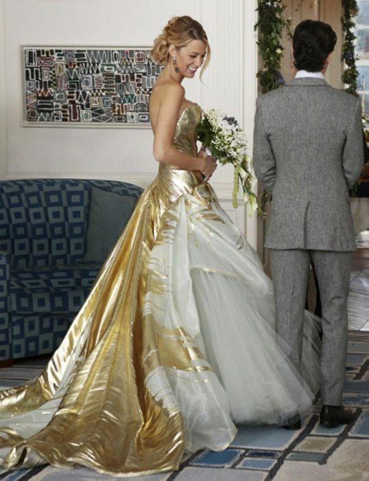 Blake Lively en Gossip Girlusando un vestido de color dorado con blanco