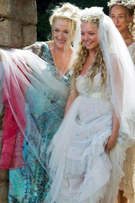 Amanda Seyfried en Mamma Mia usando un vestido de color azul con blanco