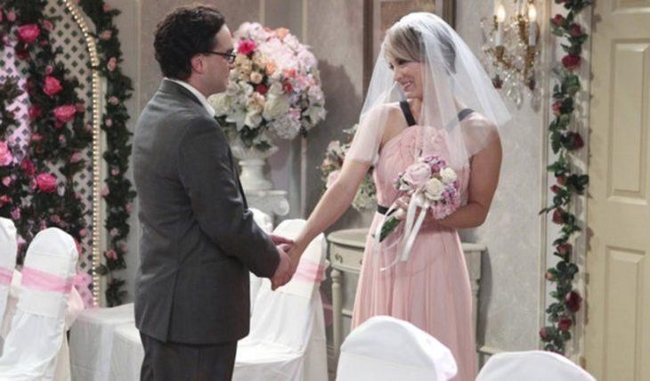 Kaley Cuoco en The Big Bang Theory usando un vestido de color rosa