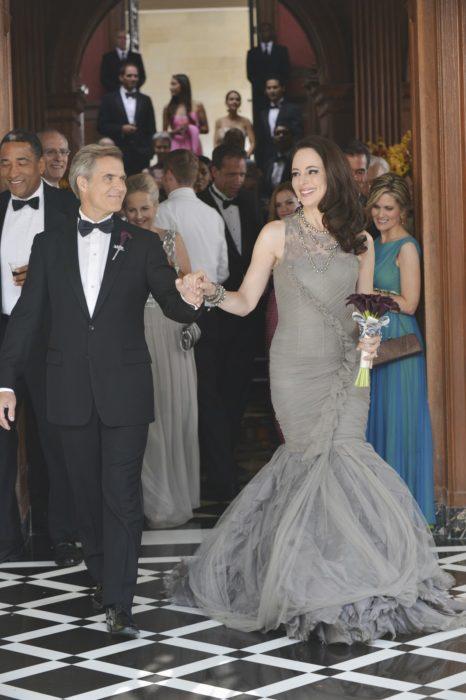 Madeleine Stoween Revengeusando un vestido de color gris