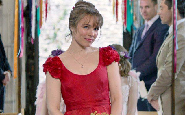 Rachel McAdams en Cuestión de tiempousando un vestido de color rojo