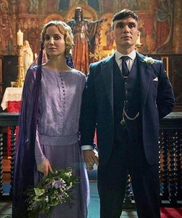 Anabelle Wallis en Peaky Blindersusando un vestido de color morado