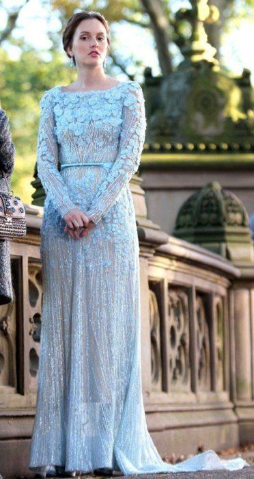 Leighton Meester en Gossip Girlusando un vestido de color azul