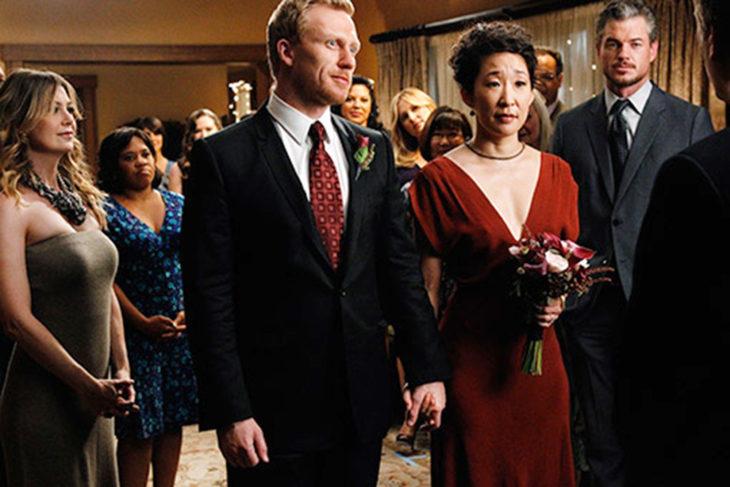 Sandra Oh en Greys Anatomy usando un vestido de novia de color rojo
