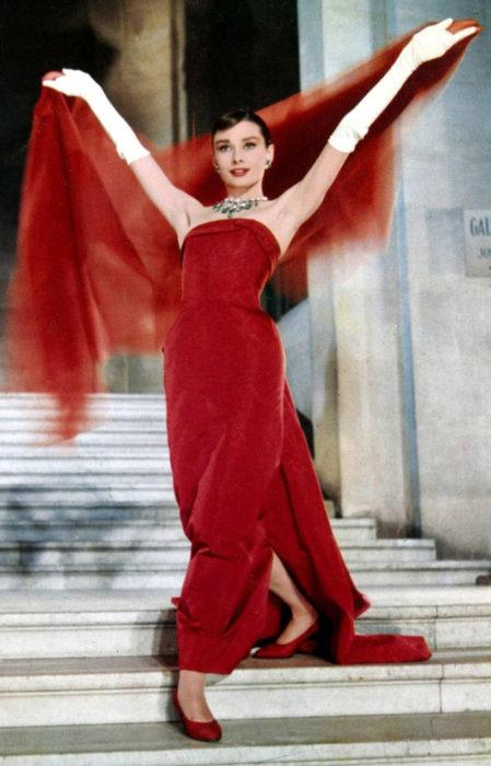Audrey Hepburn en Funny Facebajando las escaleras mientras presume su hermoso vestido de color rojo y su chalina
