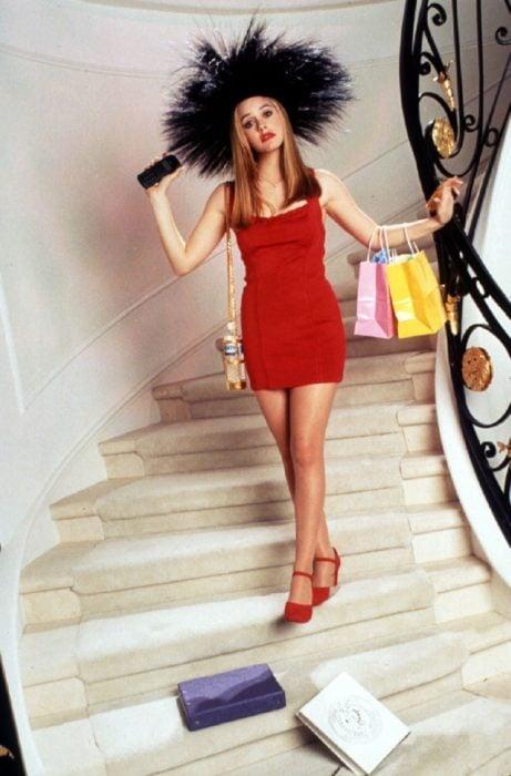 Alicia Silverstone usando un vestido de color rojo durante la película de Clueless