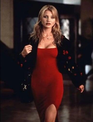 Cameron Diaz usando un sexi vestido rojo con un sueter negro en la película la máscara