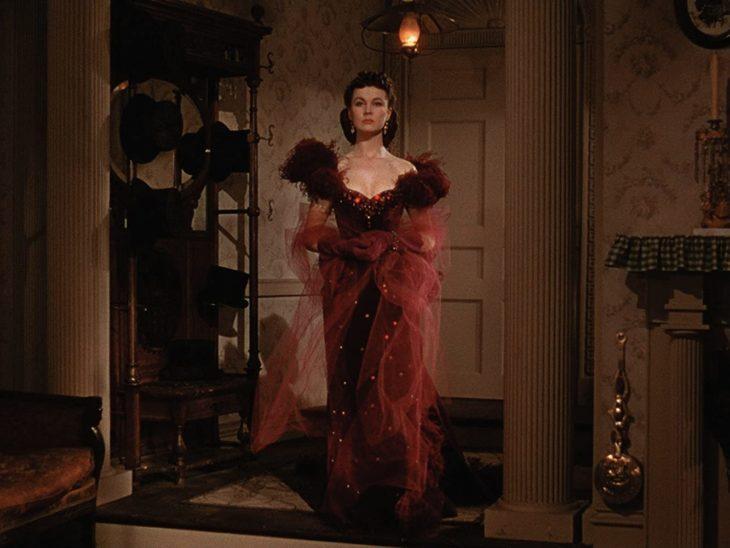 Scarlett O'Hara usando un vestido de color rojo en Lo que el viento se llevó