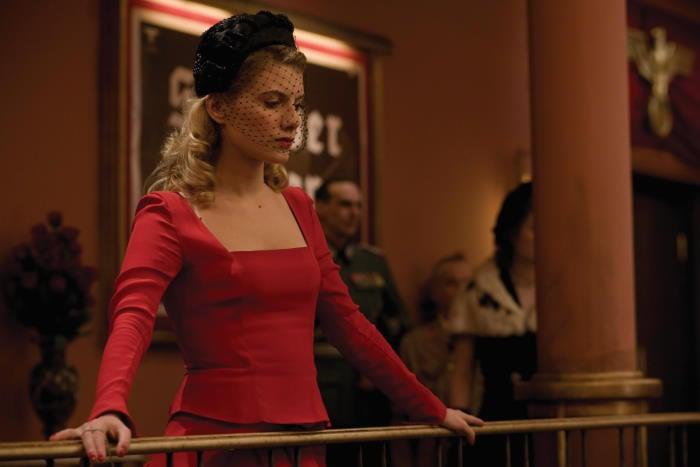 Mélanie Laurent usando un vestido de color rojo en la película Bastardos sin gloria