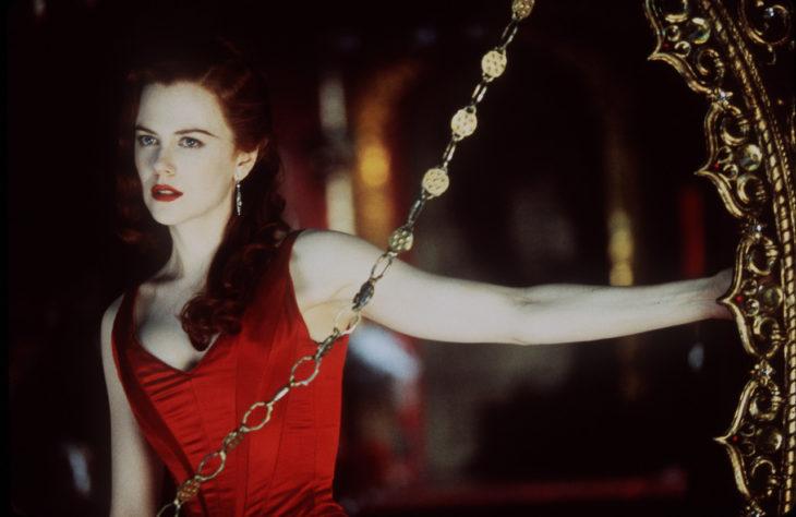 Nicole Kidman en Moulin Rougeusando un vestido rojo ceñido al cuerpo