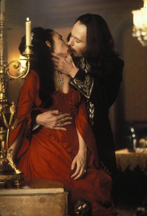 Winona Ryder en Drácula de Bram Stoker usando un vestido de color rojo mientras besa a Drácula