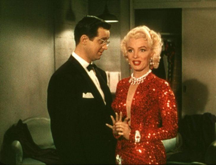 Marilyn Monroe en Los caballeros las prefieren rubias usando un vestido rojo de lentejuelas