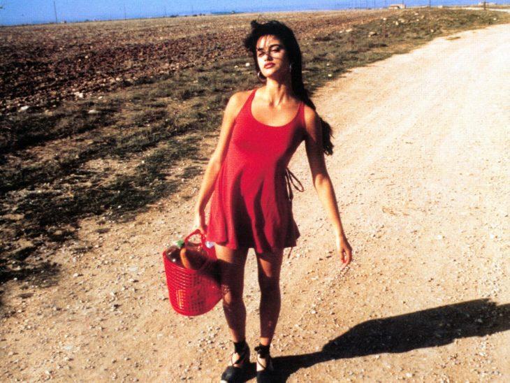 Penélope Cruz en la escena de Jamón, Jamón cruzando el desierto con una bolsa jelly y un vestido de color rojo