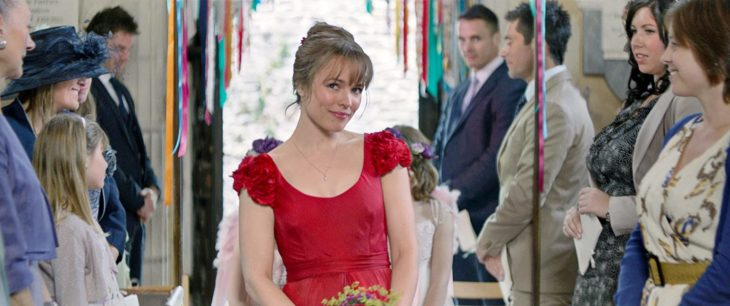Rachel McAdams en la película cuestión de tiempo usando un vestido de color rojo en la escena de la boda