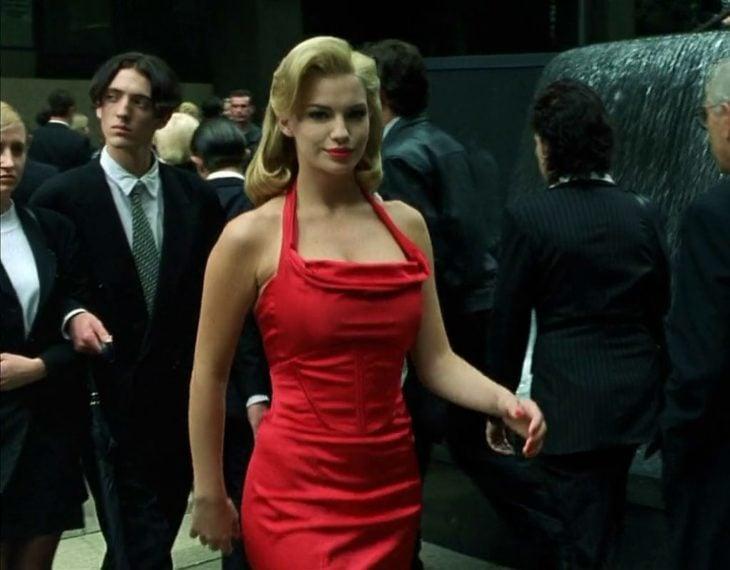 Mujer de rojo que aparece en Matrix usando un vestido de color rojo