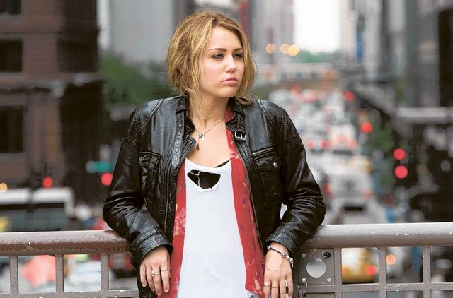 Miley Cyrus en la película Lol: casi 18 usando una chaqueta de cuero con blusa blanca