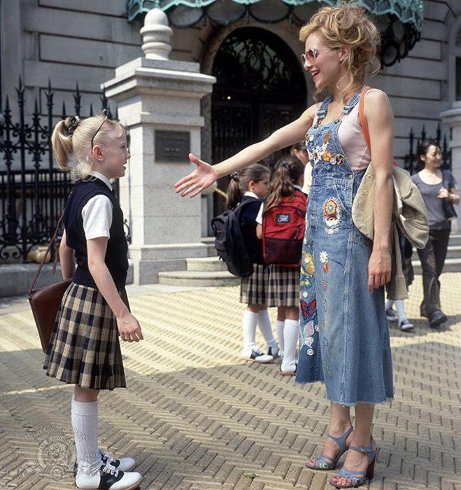 Escena de la película Uptowngirls. Chicas dándose la mano afuera de la escuela