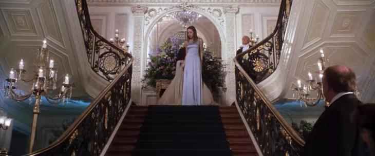 Escena de la película Lo que una chica quiere. Amanda Bynes bajando las escaleras hacia un gran salón