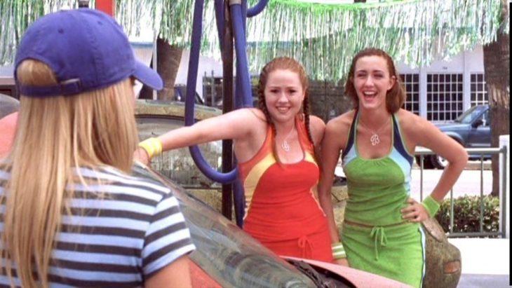 Brianna y Gabriella de la película A cinderella story. Chicas conversando en un autolavado