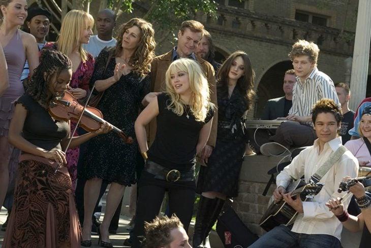 Hilary Duff cantando en la escena final de la película Rise Your Voice