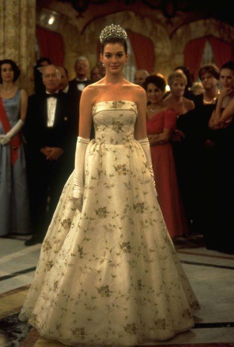 Escena de la película El diario de la princesa. Mia mostrando su vestido en la coronación real