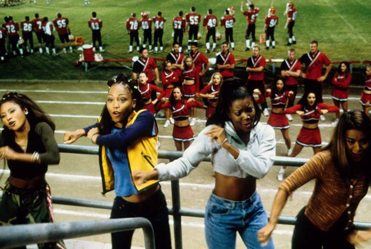 Escena de la película Triunfos Robados, chicas de Clovers bailando frente a los Toros de Rancho Carne